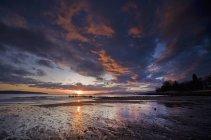 Himmel bei Sonnenuntergang spiegelt sich im Wasser des Sees in Kanada — Stockfoto