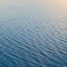 Мелкой воды над поверхностью на Bonneville Соль Квартиры в штате Юта, США — стоковое фото