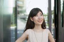 Портрет молодой женщины, смотрящей в офисном здании . — стоковое фото