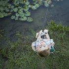 Вид зверху елементарних вік хлопчик риболовля на відкритому повітрі і дивлячись. — стокове фото