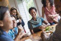 Gruppo di persone che pranzano e usano tablet digitali alla riunione nel caffè . — Foto stock