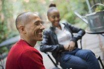 Mitte erwachsener Mann und junges Mädchen ruht im freien in Stühle — Stockfoto