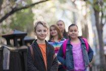 Блондин и группа подростков, стоящих на тротуаре . — стоковое фото