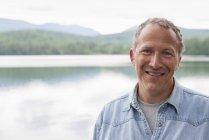 Портрет человека на берегу озера в сельской местности . — стоковое фото