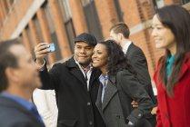 Paar nehmen Selfie auf Straße voller Menschen in New York, Usa. — Stockfoto