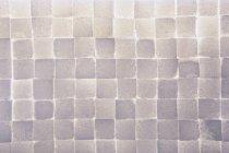 Pared de cubos de azúcar apilados, marco completo - foto de stock
