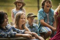 Groupe d'adolescents et d'enfants rire dans campagne. — Photo de stock