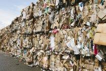 Impianto di riciclaggio con pacchi di cartone ordinati e legati per il riciclaggio . — Foto stock