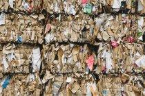 Instalação de reciclagem com pacotes de papelão separados e amarrados para reciclagem . — Fotografia de Stock