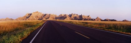Road in Badlands National Park with mountains, South Dakota, USA — Stock Photo