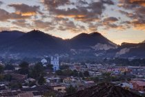 Skyline of San Cristobal city under dramatic sky at sunrise, Mexico — Stock Photo