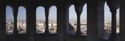Будапешт через каменные арки, Венгрия — стоковое фото