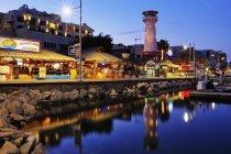Stadt am Wasser mit beleuchteten Gebäuden und hellen Schildern in baja california, Mexico — Stockfoto