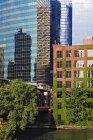 Bürogebäude entlang des Flusses Chicago, Chicago, illinois, usa — Stockfoto