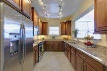 Interior de la cocina de lujo en la casa de lujo, Palmetto, Florida, Usa - foto de stock