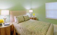Camera da letto con due lampade accese, Palmetto, Florida, USA — Foto stock
