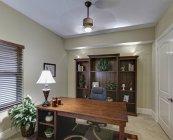 Home office in stile classico con piante in vaso — Foto stock