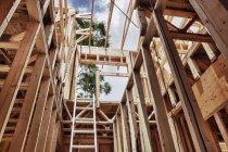 Verlängerungsleiter und Rahmen in Rohbau aus Holz — Stockfoto