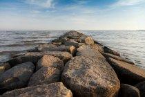 Скалистый пирс с видом на красивый водный ландшафт Эстонии — стоковое фото