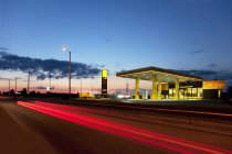 Estación de servicio moderna en Tartu, Estonia - foto de stock