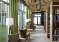 Sala de leitura com as cadeiras na biblioteca, Estónia — Fotografia de Stock