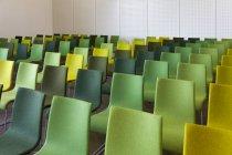 Sillas verdes en la sala de presentación, Estonia - foto de stock
