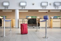 Valigia al banco check-in dell'aeroporto di Tallinn, Estonia — Foto stock