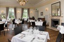 Posizionare le impostazioni sui tavoli in ristorante di lusso, Vihula Manor, Estonia — Foto stock