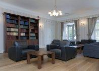 Sala de leitura com confortáveis poltronas de luxo — Fotografia de Stock