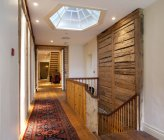Pasillo con escaleras e iluminación, Pdaste Manor interior, Estonia - foto de stock