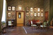 Zimmer mit gerahmten Porträts in der Burg Alatskivi, Estland — Stockfoto