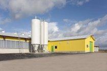 Grange et silos dans une exploitation laitière automatisée en Estonie — Photo de stock