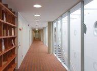 Corredor no interior do escritório, Tartu, Estónia — Fotografia de Stock