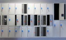 Vestiaire avec cellules et clés ouvertes et fermées — Photo de stock