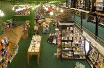 Gran librería interior en Tartu, Estonia - foto de stock