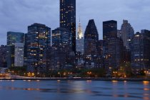 Skyline di New York attraverso l'acqua, New York, Stati Uniti — Foto stock