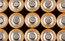 Filas de pilas AA industriales, cuadro completo - foto de stock