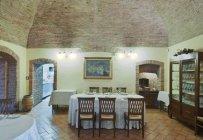 La Grotta restaurante interior en Montepulciano, Toscana, Italia - foto de stock