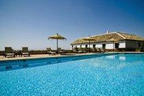 Piscina dell'hotel con acqua blu brillante — Foto stock