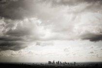 Los angeles skyline unter bewölktem Himmel, USA — Stockfoto
