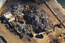 Vista aérea de bulldozers en vertedero en Seattle, Washington, EE.UU. - foto de stock
