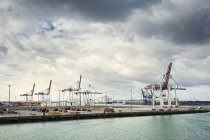 Gru su banchina commerciale a Dunkerque, Francia — Foto stock