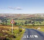 Estrada do país com sinal em Dale, Inglaterra, Grã-Bretanha, Europa — Fotografia de Stock