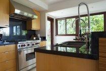 Zeitgenössische Kücheneinrichtung mit modernen Geräten — Stockfoto