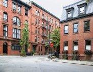 Angolo urbano di quartiere con edifici tradizionali, New York, New York, Stati Uniti d'America — Foto stock
