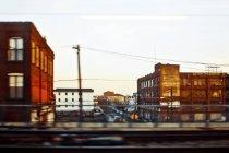 Zona industriale con vecchi edifici in movimento sfocatura, New York, USA — Foto stock