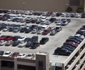 Cars parked on rooftop parking structure in Las Vegas, Nevada, USA — Stock Photo