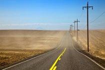 Autobahn durch Ackerland Felder in Staub, oregon, usa — Stockfoto