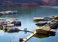 Casas flotantes y muelle en el lago en las montañas en otoño - foto de stock