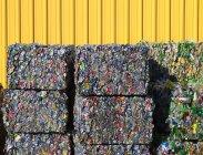Rettangoli compatti di riciclaggio di bottiglie di plastica — Foto stock
